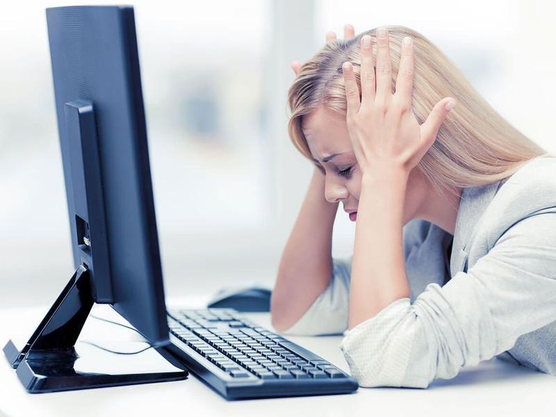 Frau sitzt vor einem PC